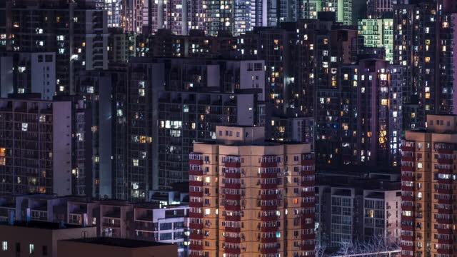 t / l zo flygfoto av bostadshus på natten - fönsterrad bildbanksvideor och videomaterial från bakom kulisserna