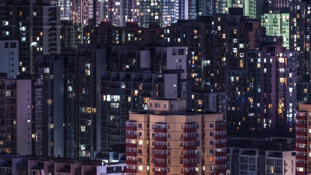 t/l pan flygfoto över bostadshus på natten - fönsterrad bildbanksvideor och videomaterial från bakom kulisserna