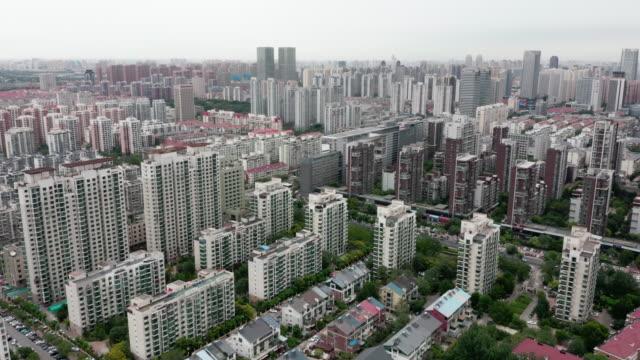 vidéos et rushes de vue aérienne du bâtiment résidentiel - panning