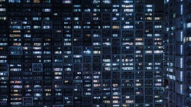 vídeos de stock, filmes e b-roll de vista aérea de t/l td do edifício residencial, windows que twinkling na noite/beijing, china - facade