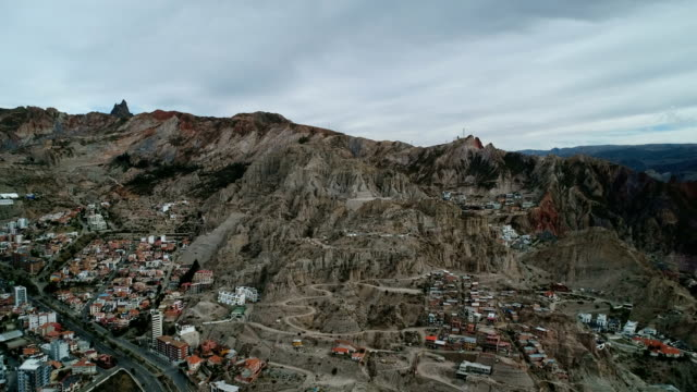 aerial view of residential district and rocky mountain range in la paz - la paz region la paz stock-videos und b-roll-filmmaterial