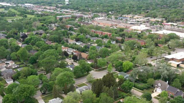 vídeos de stock, filmes e b-roll de vista aérea do distrito residencial fora de chicago, illinois - chicago illinois