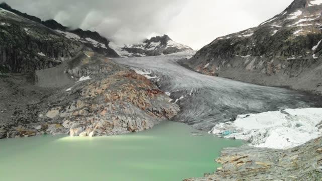 luftaufnahme des rhonegletschers, schweiz - melting stock-videos und b-roll-filmmaterial