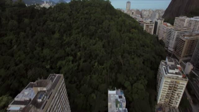 vídeos de stock, filmes e b-roll de aerial view of rio de janeiro lagoon and copacabana - inclinação para cima