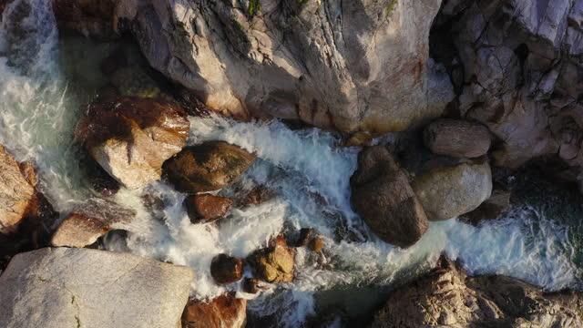 vídeos y material grabado en eventos de stock de vista aérea del río y el valle circundante - rodear