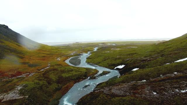 Luchtfoto van de samenvloeiing van de rivier in de zee