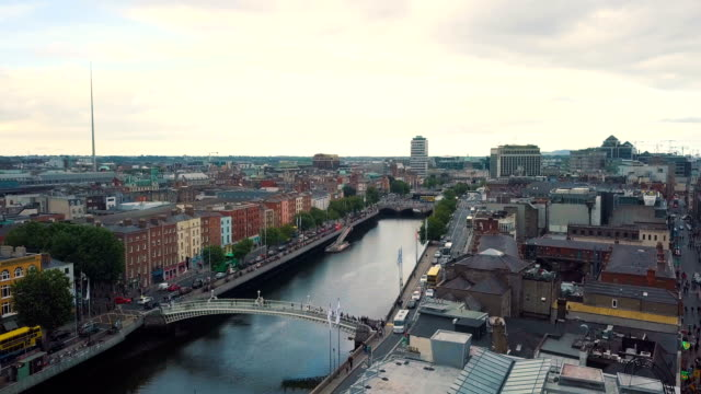 vidéos et rushes de aerial view of river liffey with ha'penny bridge and city of dublin towards dublin bay - résolution 4k