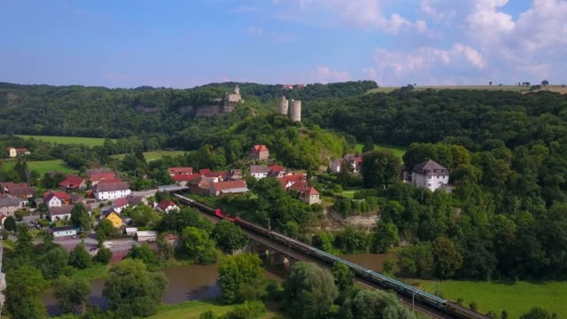 vidéos et rushes de aerial view of river saale with rudelsburg and saaleck castle, bad k?sen-saaleck, saxony-anhalt, germany - xième siècle