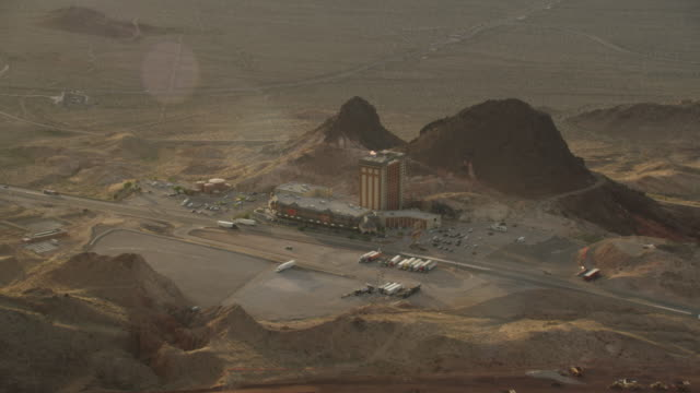 aerial view of road by hoover dam and hoover dam casino and lodge - ネバダ州クラーク郡点の映像素材/bロール