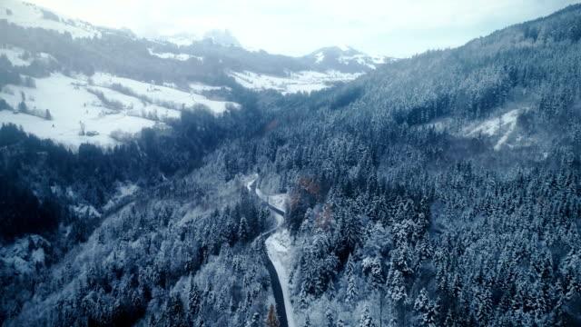 Luftaufnahme der Straße im winter