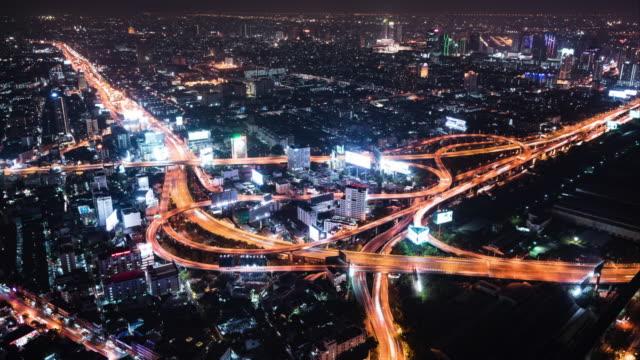 T/L WS luchtfoto van de kruising van de weg in de nacht