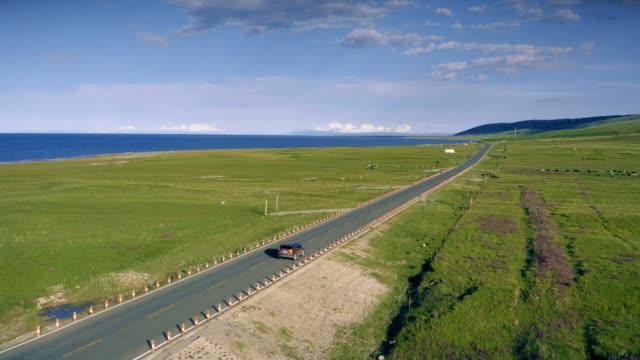 中国の秦海湖、青海に近い道路の空中写真。 - 草原点の映像素材/bロール