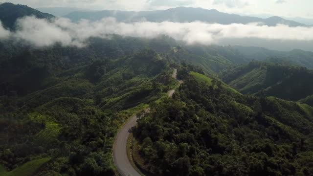 山と緑の森の道路の空中写真、旅行や車のコンセプト - 未舗装点の映像素材/bロール