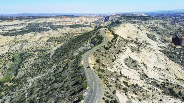 luftaufnahme der straße durch escalante freitreppe - zion narrows canyon stock-videos und b-roll-filmmaterial