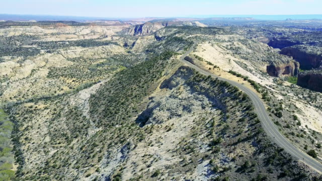 luftaufnahme der straße durch die große treppe von escalante - zion narrows canyon stock-videos und b-roll-filmmaterial