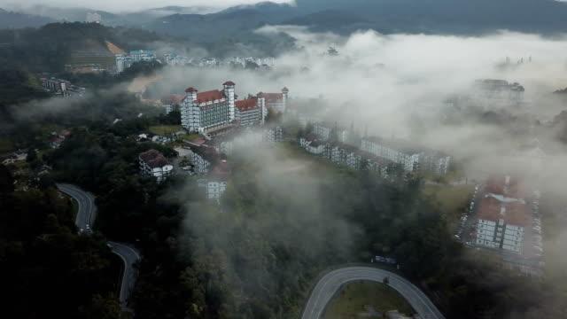 キャメロン ・ ハイランド、brinchang、マレーシアにフォレスト内の道路の旅の空撮 - マレーシア点の映像素材/bロール