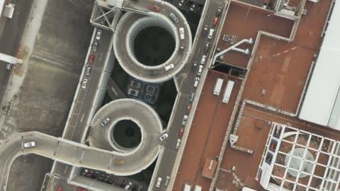vídeos y material grabado en eventos de stock de vista aérea de carretera con aparcamiento entrada - aparcamiento