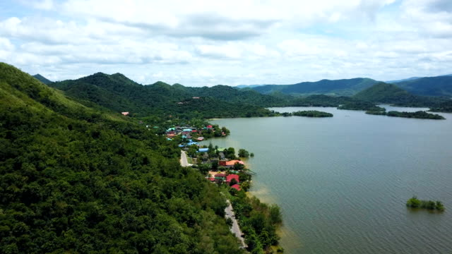 Luchtfoto van Roadtrip Keang Krachan dam omgeven door groene vegetatie en natuur. Begrip: boer, avontuur, reizen en vakanties.
