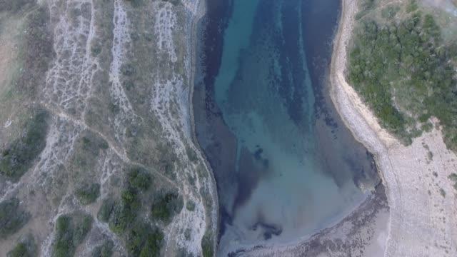 vídeos de stock, filmes e b-roll de vista aérea de penhascos da rocha em um litoral - istambul - danificado