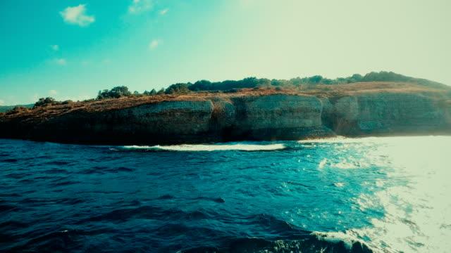 stockvideo's en b-roll-footage met luchtfoto van rots klippen op een kustlijn - natuurwonder