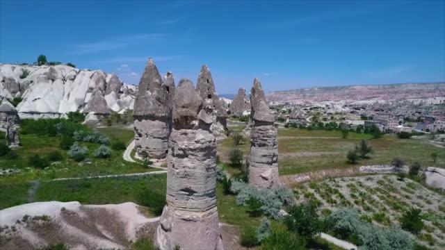vídeos de stock e filmes b-roll de aerial view of rocks with houses carved in them - exposto ao ar