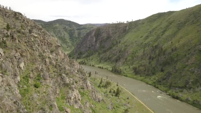 vidéos et rushes de aerial view of rocky cliffs with a river through the middle in bozeman montana - bozeman
