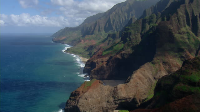vidéos et rushes de aerial view of rocky coastal mountains near kalalau beach on the hawaiian island of kauai. - big island îles hawaï