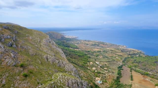 Luftaufnahme der felsigen Küste und Küstenebene in der Nähe von Ermita de Betlem auf Nord Küste der Balearen Mallorca / Spanien