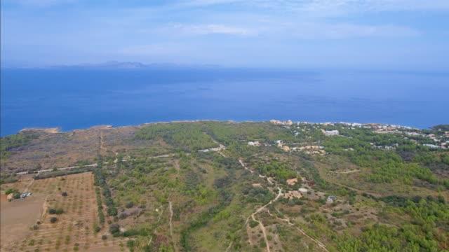 Luftaufnahme der felsigen Küste und Küstenebene in der Nähe vom Dorf Betlem auf Nord Küste der Balearen Mallorca / Spanien