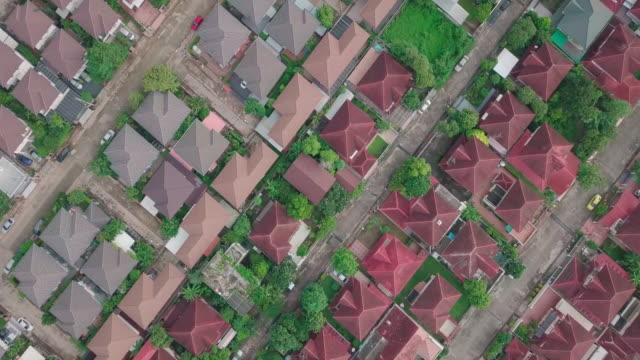 luftaufnahme des dachhauses dorf - geplante wohnsiedlung stock-videos und b-roll-filmmaterial