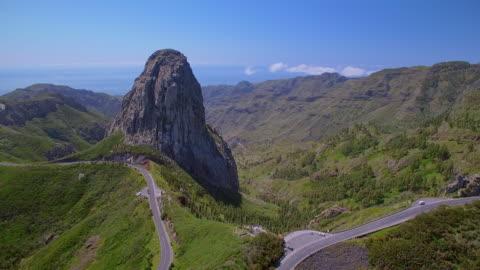 vídeos y material grabado en eventos de stock de vista aérea del roque de agando - parque nacional de garajonay en la gomera islas canarias - exploración