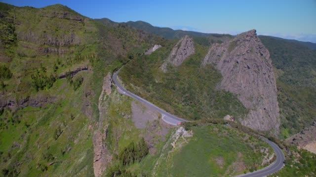 """カナリア諸島ラ ・ ゴメラ - スペインでロケ デ ラ zarcita (火山プラグ""""ロス roques""""のグループ) と miradores ・ デ ・ ロス roques ガラホナイ国立公園内の空中を表示 - 見渡す点の映像素材/bロール"""