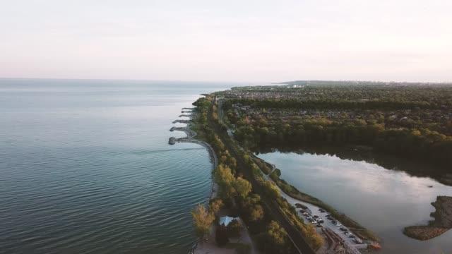 luftaufnahme des rouge national urban park und des rouge river, toronto, kanada - ontariosee stock-videos und b-roll-filmmaterial
