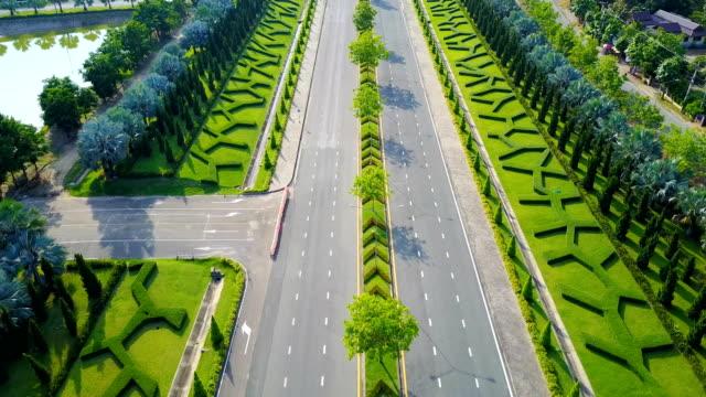 vidéos et rushes de vue aérienne du royal park rajapruek approche la route avec jardin verdoyant, chiang mai, thaïlande. - couleur verte