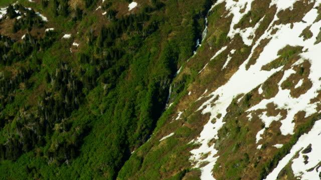 vídeos de stock e filmes b-roll de aerial view of rugged snow covered mountains alaska - eco tourism
