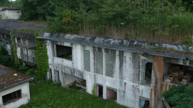 vidéos et rushes de aerial view of ruined hospital, japan. - a l'abandon