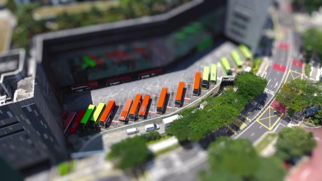 vídeos y material grabado en eventos de stock de vista aérea del tráfico de hora punta en un intercambio del autobús en singapur - tilt shift