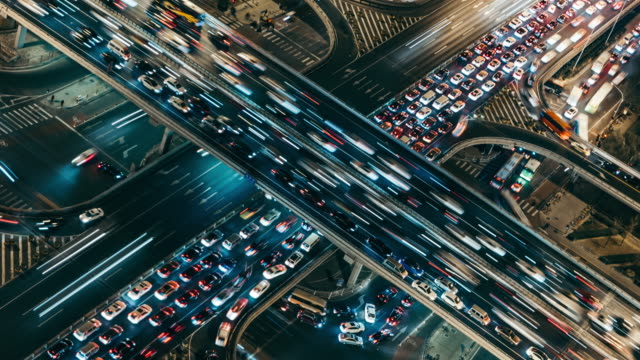 vídeos de stock e filmes b-roll de t/l cu ha aerial view of rush hour traffic on multiple highways at night / beijing, china - time lapse de trânsito