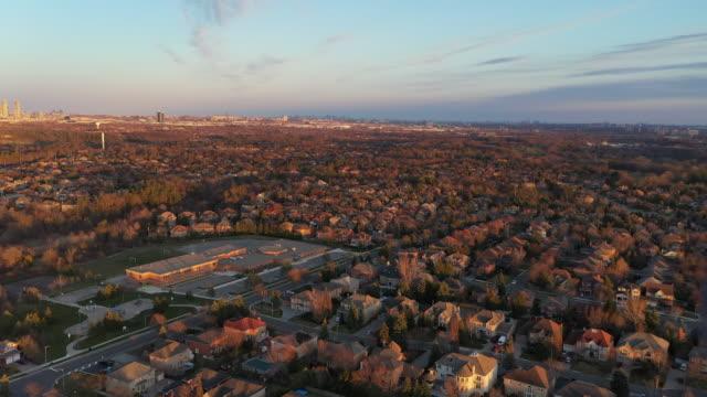 (3/3h)ラザフォード道路とイズリントンアベニューの航空写真、カナダ、オンタリオ州ヴォーンのウッドブリッジの一戸建てとデュプレックスハウス - コミュニティセンター点の映像素材/bロール