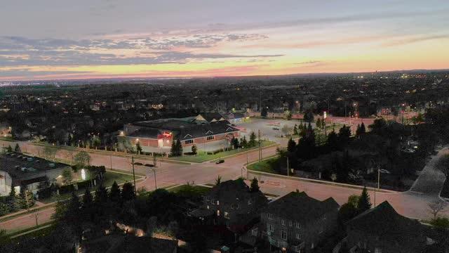 ラザフォード道路とイズリントンアベニューの航空写真、カナダ、オンタリオ州ヴォーンのウッドブリッジの一戸建てとデュプレックスハウス - コミュニティセンター点の映像素材/bロール