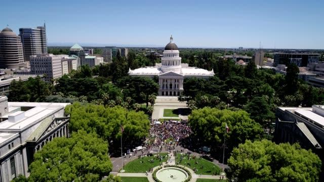 vídeos y material grabado en eventos de stock de vista aérea de la protesta del capitolio del estado de sacramento - capitel