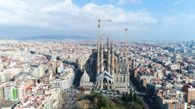 vídeos de stock, filmes e b-roll de aerial view of sagrada familia cathedral at catalunya - patrimônio mundial da unesco