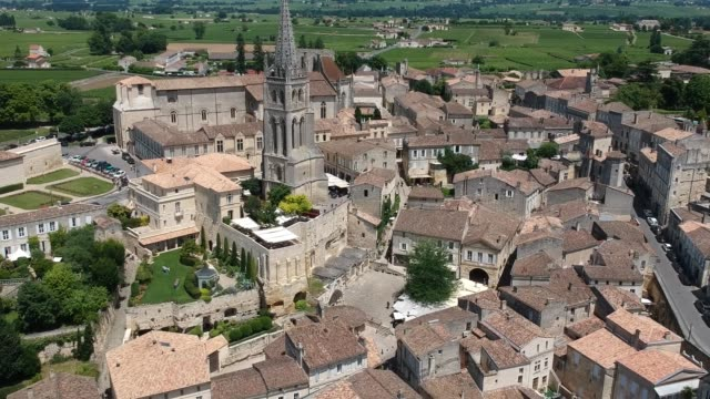 vídeos de stock, filmes e b-roll de aerial view of saint-émilion, monolithic church and gardens - french culture