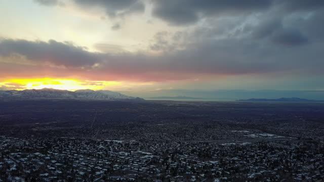 vídeos de stock, filmes e b-roll de vista aérea do vale de salt lake city - salt lake city utah