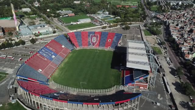 vídeos de stock e filmes b-roll de aerial view of san lorenzo de almagro's pedro bidegain empty soccer stadium on march 27, 2020 in buenos aires, argentina. national government has... - estádio
