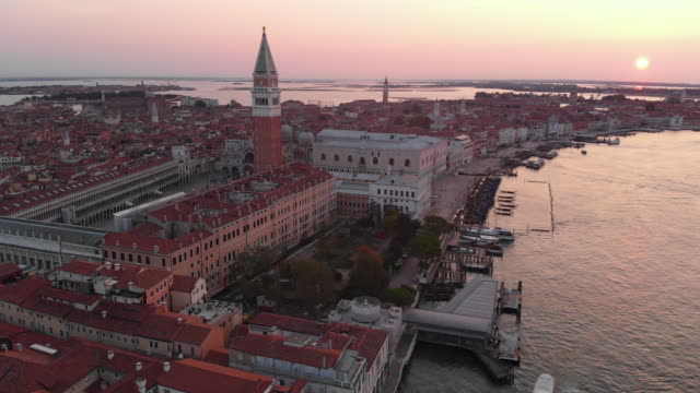 aerial view of san marco square at sunrise - basilica video stock e b–roll