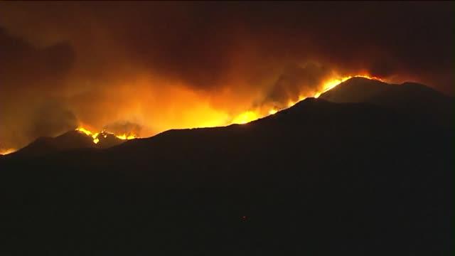 ktla aerial view of sand fire in santa clarita - santa clarita video stock e b–roll
