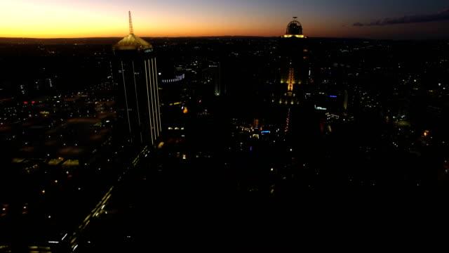 vídeos de stock e filmes b-roll de aerial view of sandton cbd at night, johannesburg, south africa - joanesburgo