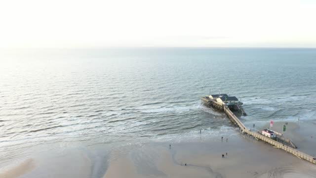 aerial view of sankt peter-ording at sunset - deutsche nordseeregion stock-videos und b-roll-filmmaterial