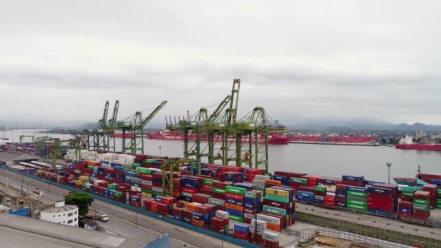 vídeos de stock, filmes e b-roll de vista aérea do porto de santos no brasil - porto distrito